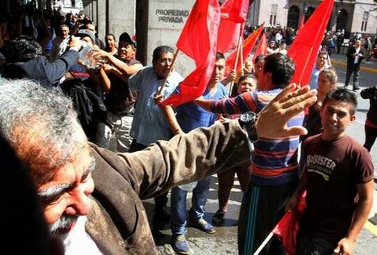 Bañan a Encinas en Xalapa