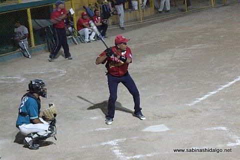 Damián Garza de Nenes en el softbol nocturno