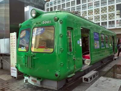 ハチ公前広場の緑色の昔の電車