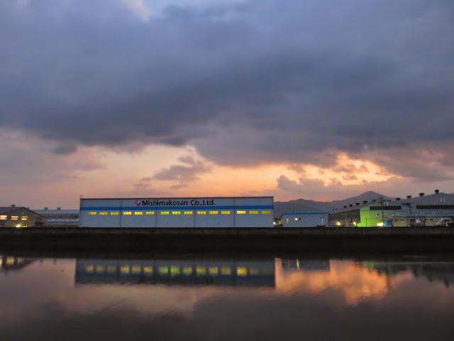 日が落ちた三島興産の工場の灯り