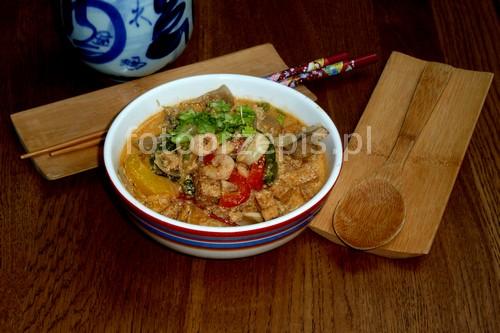 Tajska zupa z czerwoną pastą curry, tofu i  krewetkami zupy zdrowe wykwintne wegetarianskie srednie ryby i owoce morza orientalna jednogarnkowe  przepis foto