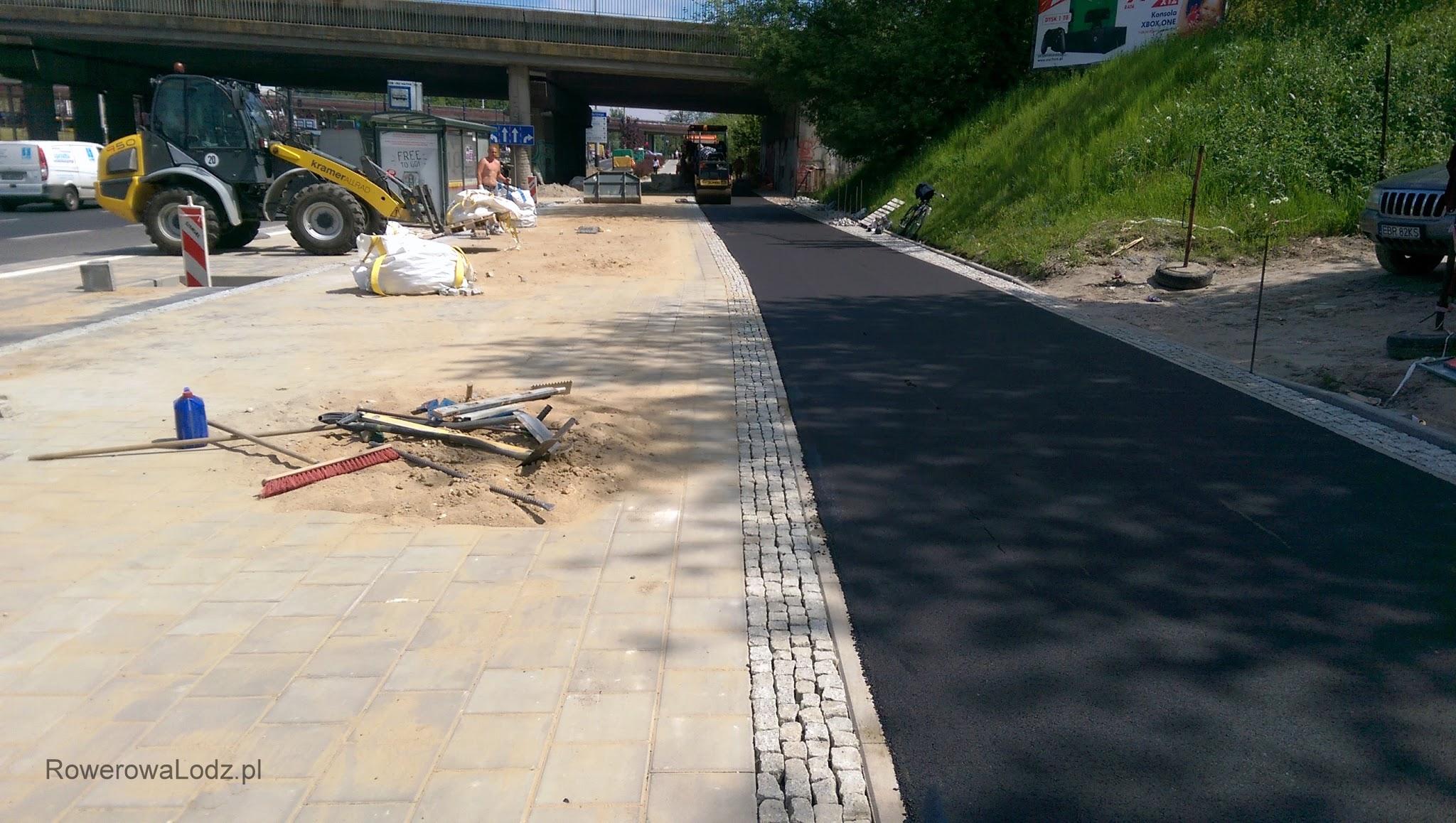 Odsunięto drogę dla rowerów od peronu przystankowego