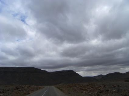 Wolken über der neuen Straße zwischen der N 10 (Tinerhir) und Alnif