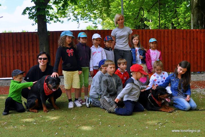 Grupowe zdjęcie przedszkolaków z rottweilerami