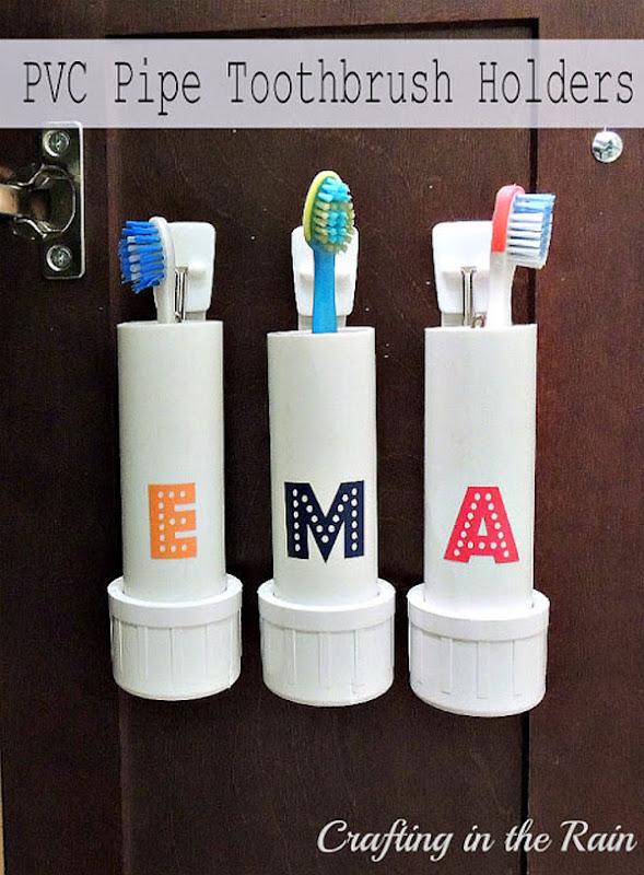 Tuberías de plástico como portacepillos de dientes.