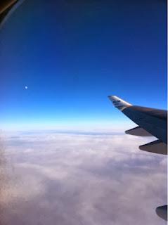 「ドミニック・ローホーさんに影響され海外旅行の持物が少なくなった話」(飛行機KLMから撮った空の写真)