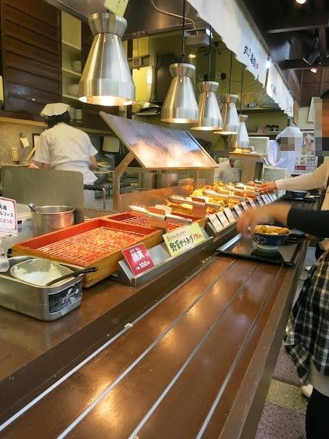 うどんを受けとった後の天ぷらオニギリ選択コーナー