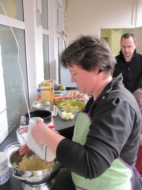 Goedele bereidt het deeg voor de taart voor.