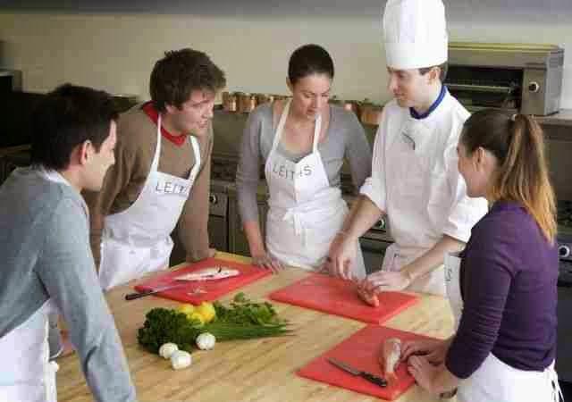 Tomar clases de cocina en grupo (amistades)