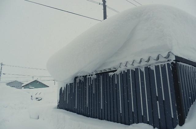 ガレージの上に積もる雪