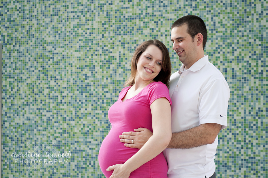Pregnant couple in front of colorful wall - photo session