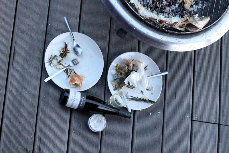 Auf dem Boden sitzend, etwas Wein und Brot zum Fisch - besoffen vor Glück | Arthurs Tochter Kocht by Astrid Paul
