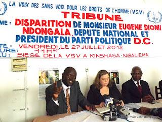 Au centre, Madame Patrizia Diomi et ses avocats( bout à bout) le 28/07/2012 au siège de la VSV à Kinshasa, lors d'un point de presse. Radio Okapi/ Ph. John Bompengo