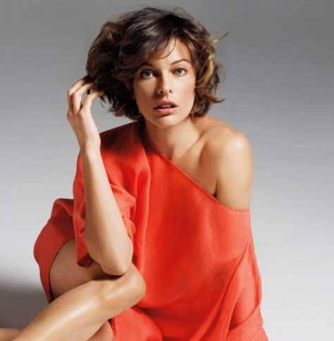 Milla Jovovich, de rojo