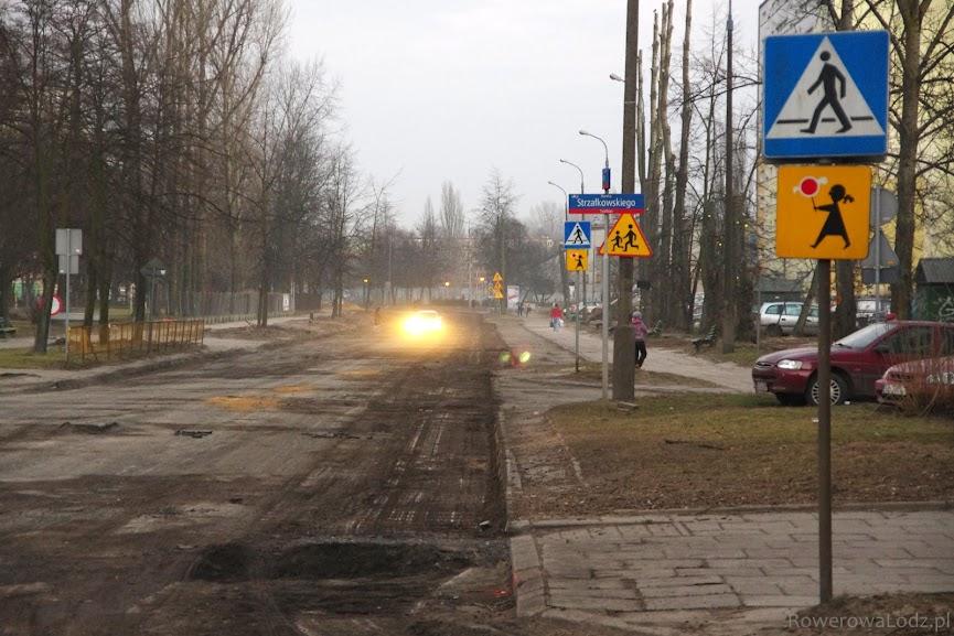 Na wysokości ul. Strzałkowskiego - widać zerwany asfalt i wycinanie drzew