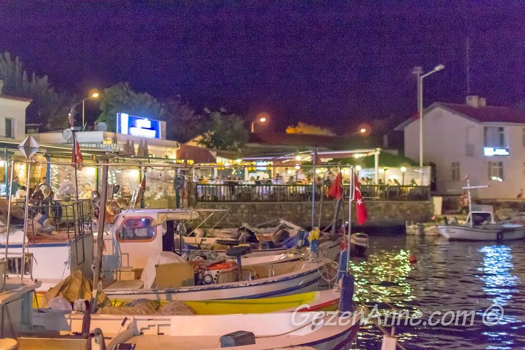 Bozcaada, Koreli Restoran'ın yanı başındaki tekneler