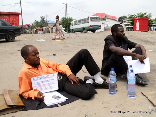 De gauche à droite: Gauthier Madika Matungulu et Mukandila Ngalula, membres d'une ONG de défense de droits de l'homme observant la grève de faim du 30/12/2012 au 1/12/2013 à Kinshasa devant l'archevêché contre l'esclavagisme régnant en RDC. Radio Okapi/Ph. John Bompengo