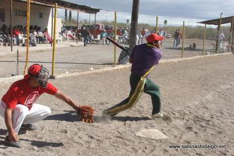 Juan Robles bateando por Ponchados en el softbol del Club Sertoma