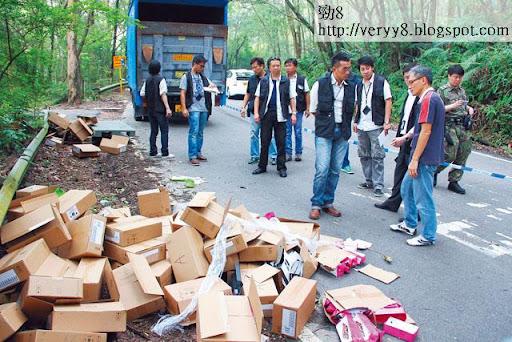 匪徒及後發現貨車內裝的全是手機空盒,「中空寶」後在文錦渡附近棄下所劫貨車及大批 iPhone手機空盒。(《蘋果日報》圖片)