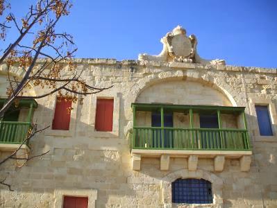 Häuserfront im Hafen von Valletta, Malta