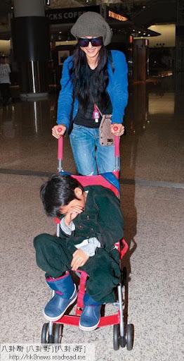 28/10得戚返港 <br><br>拉姑一過生日,栢芝即帶子返港。推住睡眼惺忪的 Lucas出來的她,起初一臉得戚笑容,之後變為黑面。