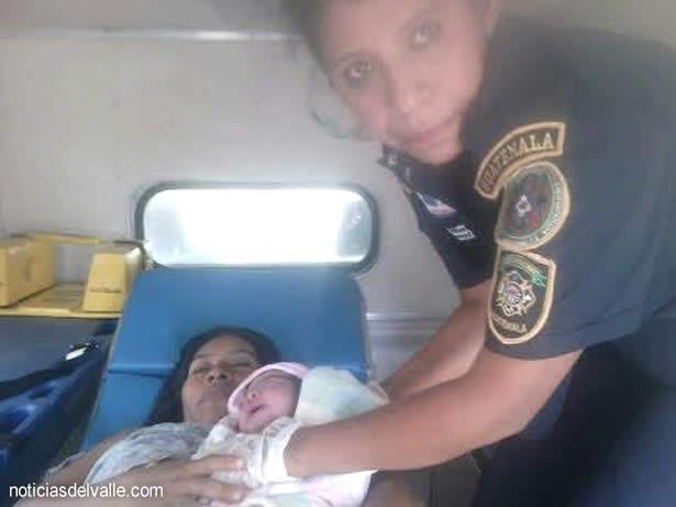 Nace niña dentro de unidad de bomberos