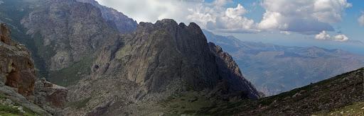 La grotte-bergerie de Scaffa depuis la crête au-dessus de Bocca a Scaffa