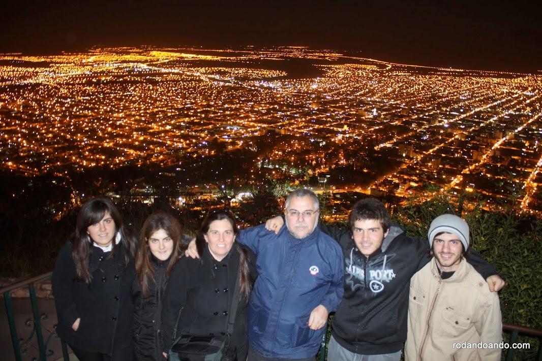 Vista nocturna del Cerro San Bernardo