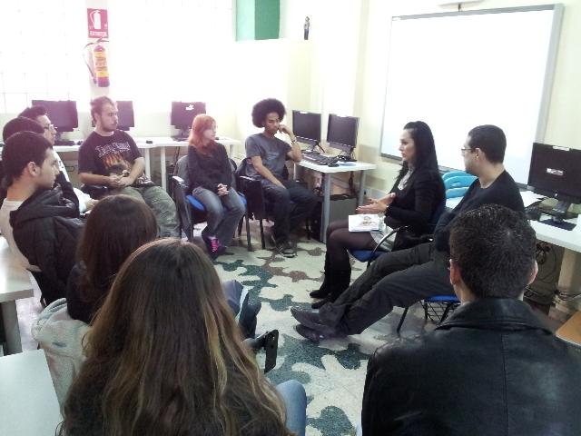 Esther Polo Celda Community Manager dando clase en el curso de diseño corporativo y web 2.0 del proyecto un barrio responsable