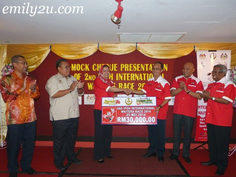 Mock Cheque Presentation: 2nd Ipoh International Waiters' Race