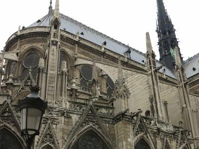 Arc-boutant du chevet de Notre-Dame de Paris vu depuis la rue du cloître Notre-Dame