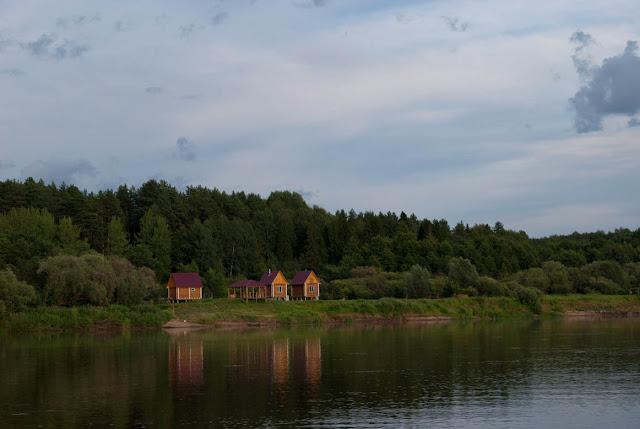 Вот такие домики на сваях стоят на левом берегу ниже села Сорвижи