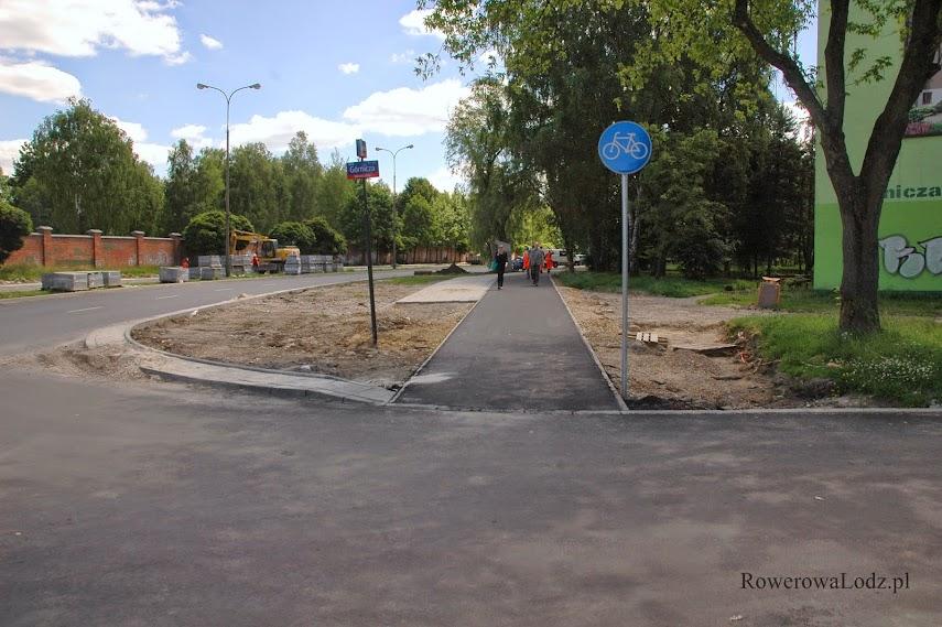 Trochę to niezrozumiałe: to nadal plac budowy i droga dla rowerów nie jest ukończona, a tymczasem znaki nakazują jechać.