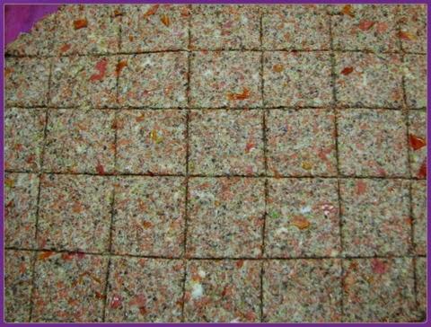 Kaip pasigaminti linų sėmenų duonelę arba ką veikti su sulčiaspaudės išspaudom