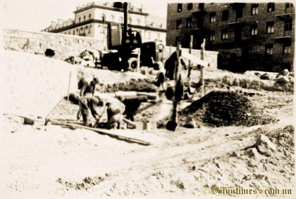 Будівництво фонтану.  1958 рік. Фото з архіву Р.Метельницького