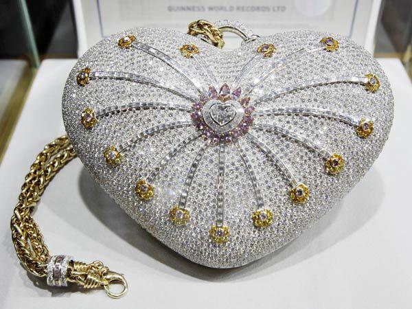 bfd494d976df7 استطاعت دار مجوهرات في دبي الدخول إلى موسوعة غينيس عبر تصميم وتنفيذ أغلى  حقيبة يد في العالم، ويبلغ سعر الحقيبة التي أطلق عليها اسم «ألف ليلة وليلة»،  3.8 ...