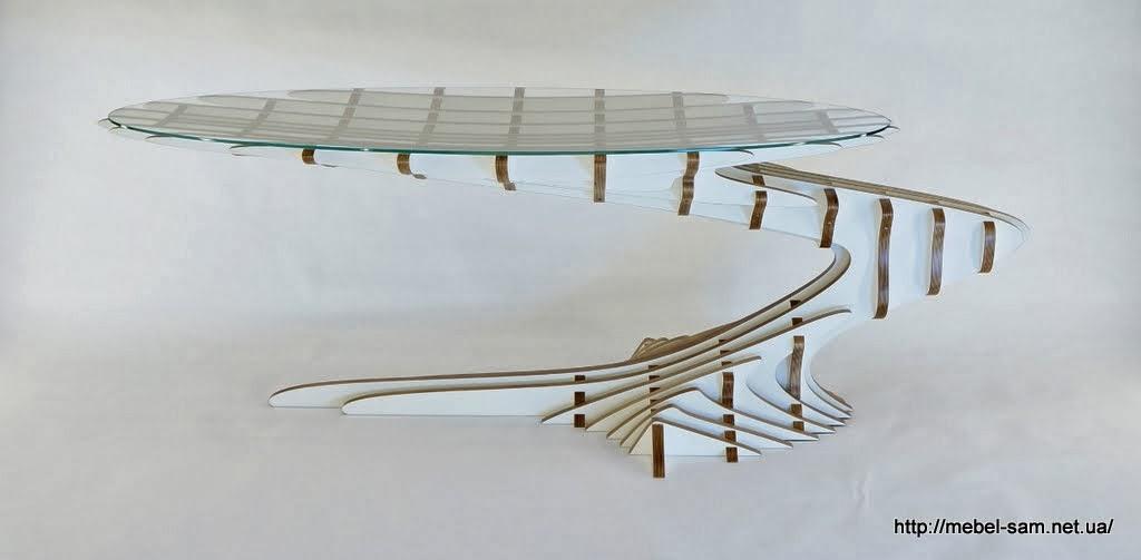 Каркас стола собран из составных фанерных деталей
