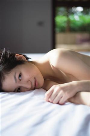 ベッドに横たわる平田薫