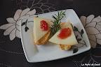 Tapa de queso de oveja curado con mermelada de tomate