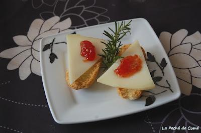 Queso de oveja curado con mermelada de tomate