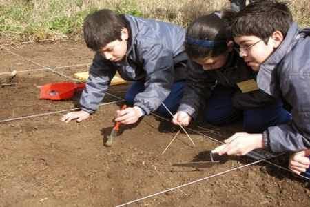 Niños arqueologos en busca de dulces