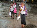 Des enfants mouillés par la pluie sur le chemin de l'école le 28/10/2014 à Kinshasa. Radio Okapi/Ph. John Bompengo