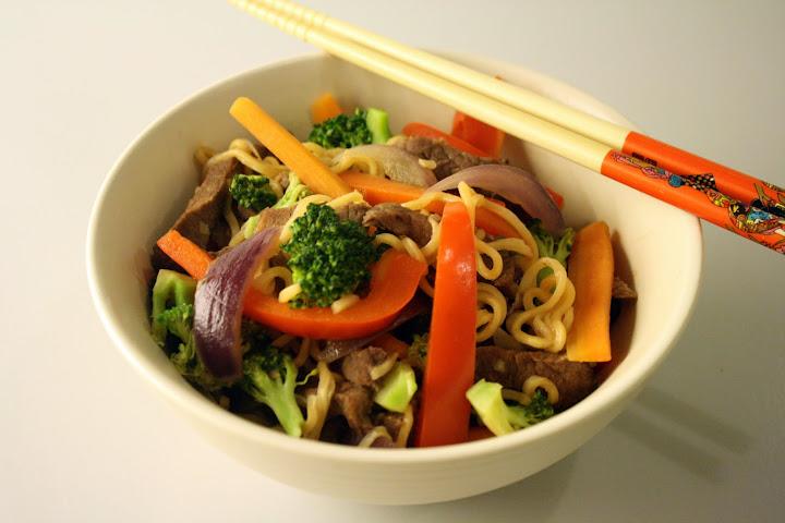 Wok med oksekød og chilinudler