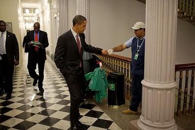 الرئيس الأمريكي أوباما يحيي الناس بقبضته-طرائف-منتهى