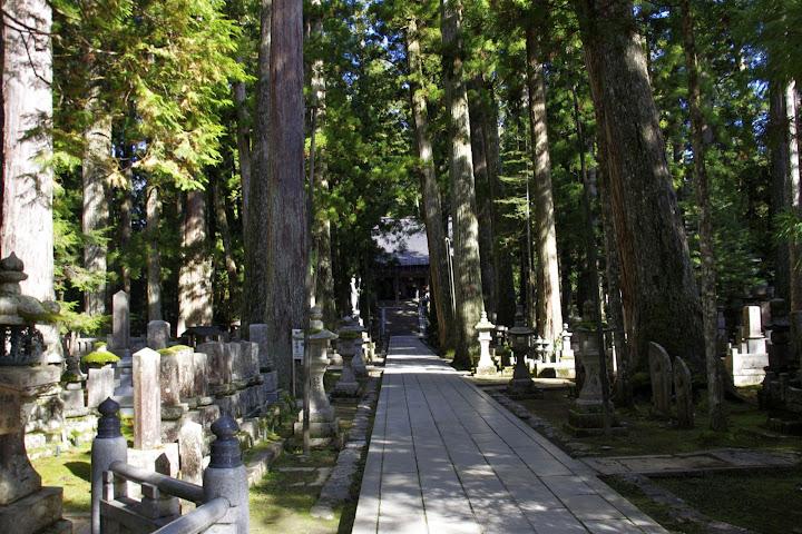 御廟橋(ごびょうばし)より先は弘法太子空海御廟の霊域