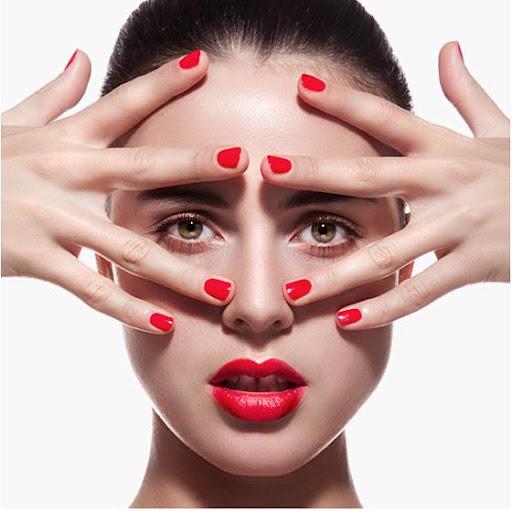 fotografía de manos y rostro