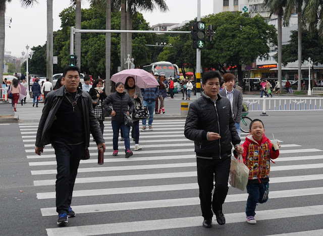 people crossing an intersection with a timer in Zhuhai