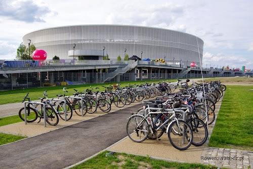Stadion we Wrocławiu wyposażony w parking rowerowy.
