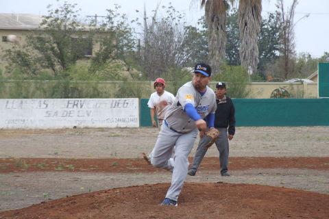 Ricardo Cárdenas de Tiburones en la Liga de Beisbol de Salinas Victoria