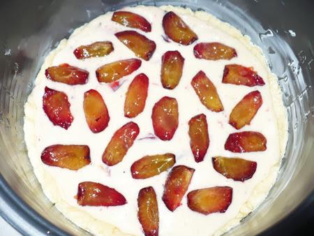 Песочно-бисквитный пирог со сливами в мультиварке